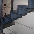 Escalera metàlica con origen en el salón