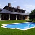 fachada posterior desde piscina