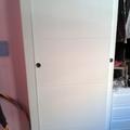 Frente de armario de puertas correderas lacadas en blanco con entrecalles horizontales