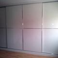 frente de puertas con perfil minimalista y paneles brillantes