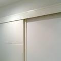 Galería registrable para hoja de puerta corredera deslizante sobre tabique