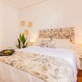 Luminosa habitación con cama de matrimonio y armario empotrado