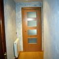 hall de entrada en vivienda, puerta corredera y pintura decorariva