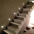 Iluminación de escalera, luces de led y  con perfiles de madera en los escalones