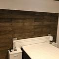 Habitación con cabezal de cama imitación madera