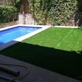 Instalacion cesped con piscina