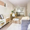 salón comedor con cocina abierta. detalle reforma y home staging de apartamento urbano en alquiler
