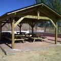 Fabricación e instalacion de tejado y mesas comedor rural