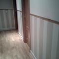 instalación de zócalo de papel pintado en pasillo