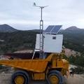 Instalación fotovoltaica aislada con aerogenerador.