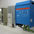 Inversor / cargador y regulador de carga para instalación solar fotovoltaica aislada.
