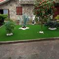 jardin cesped artificial y vivienda