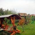 Jardín con columpios de madera y forja
