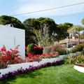 Jardín mediterráneo junto al mar
