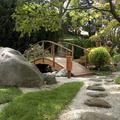 jardín zen con marmolina y puente de madera tratada