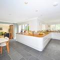 Cocina con isla y pavimento gris