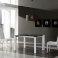 Mesa de comedor extensible en laca blanca y cristal.