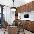 Cocina. Zona de mesa y microondas