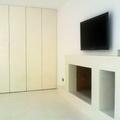 Microcemento en suelo interior, chimenea y puertas de armarios.