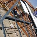"""Montaje de estructura metálica para tejado a """"dos aguas"""""""