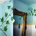 Motivos decorativos vegetales en interior baño.