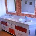 Mueble bajo encimera blanco y naranja