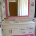 Mueble bajo encimera blanco y rosa