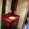 Mueble con encimera en rojo pasión y lavabo bajo encimera