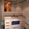 Mueble con lavabo integrado y cristala zul