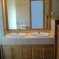 Mueble roble con puertas en persiana