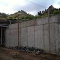 Muro de contención de hormigón armado recubierto con piedra vista