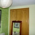 Tierras florentinas verdes y pintura plástica en resto de habitación