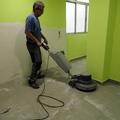 abans de montar els mobles de cuina, netegem el terra de restes calcàreas