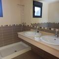 baño con encimera de marmol