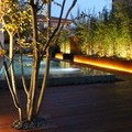Piscina desbordante con jardinera acero corten retroiluminada