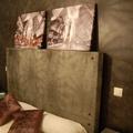 pared esponjeada y cabecero efecto hormigon
