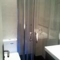 pequeño baño bien organizado y reformado