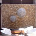 Piedra en bruto careada y encajada en seco de tragaluz de interior de instalación hotelera