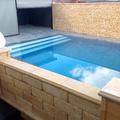 Piedra y piscina