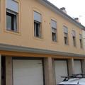 Pintado de una fachada de casas de obra nueva con cenefa en ventana.