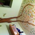 Pintura en techo y arbol decorativo
