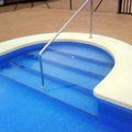 Piscina con escaleras interores.