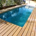 piscina rectangular  con terraza de tarima