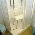 2 bis. plato de ducha con silla