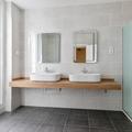 Baño con lavabos de apoyo sobre encimera