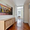 Hall con parqué de madera natural y muebles de diseño