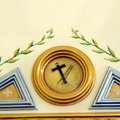Policromía y detalle simbólico religioso.