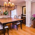 Salón cálido con mobiliario de lujo