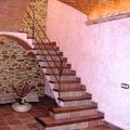 Escalera en Hall casa de obra nueva, estilo rústico.