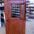 Puerta color madera con ventana